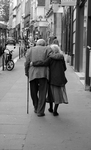elderly-old-couple-in-love-walking-street