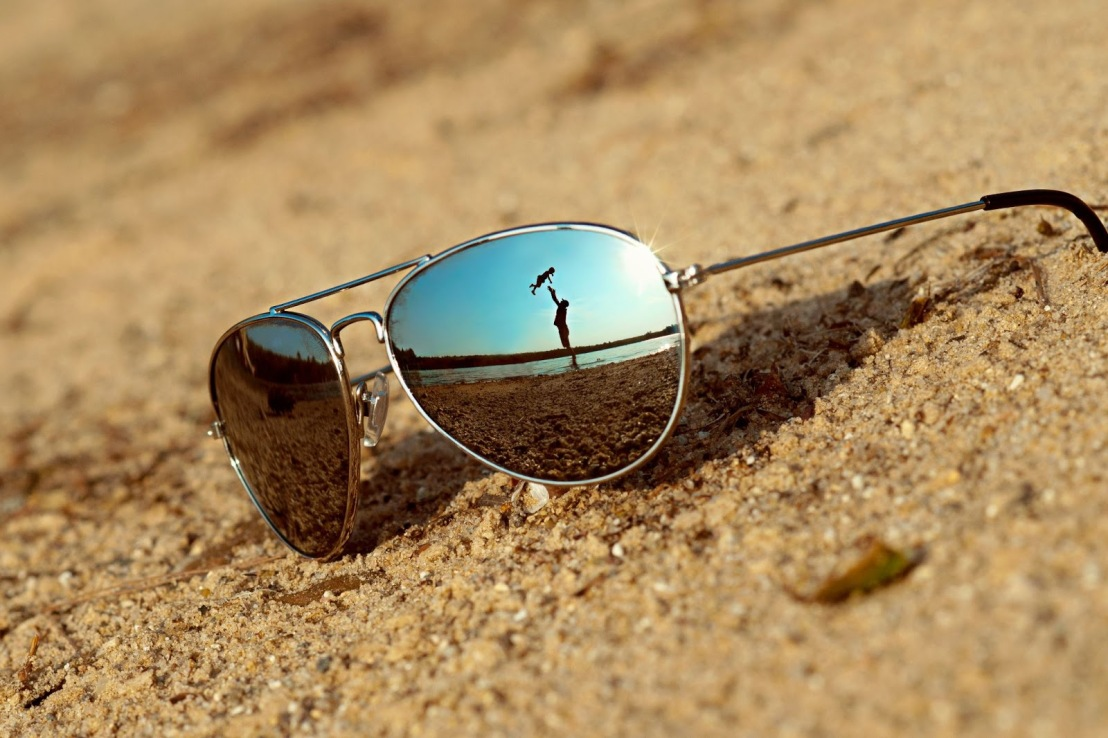 sunglasses-on-the-beach-reflection-scenery